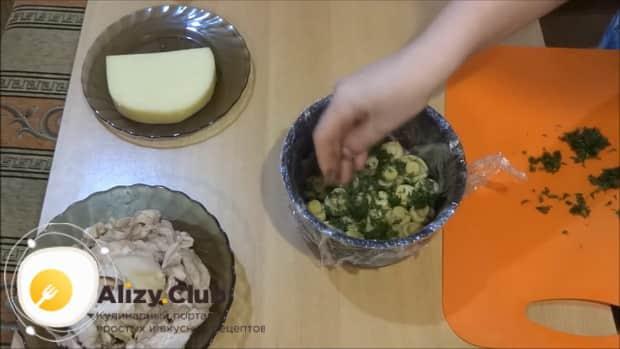 Для приготовления салата лесная поляна с грибами, нарежьте зелень.