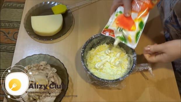 По рецепту для приготовления салата лесная поляна, натрите яйца.