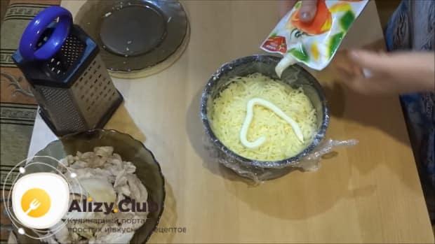 По рецепту для приготовления салата лесная поляна, натрите сыр.