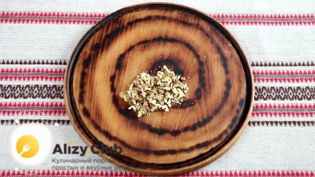 Измельчить приблизительно 40-50 г грецких орехов