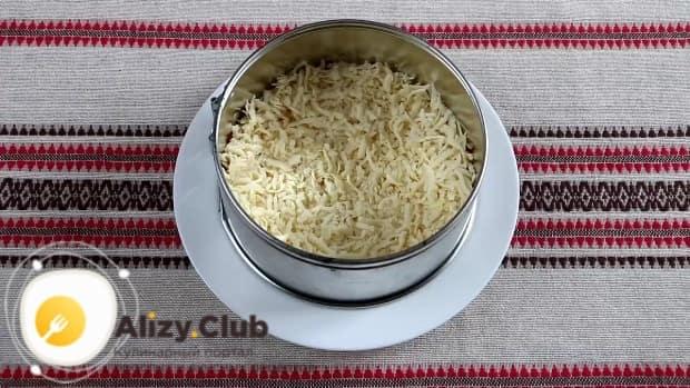 выкладываем измельченный сыр с чесноком