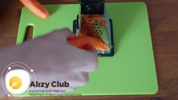 Мелко натереть морковь