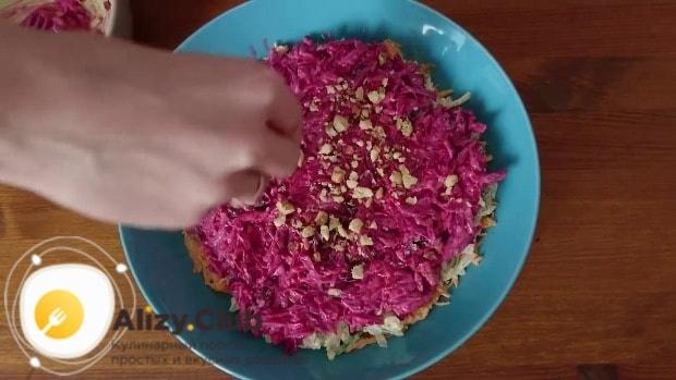 Украсить остатками измельченных орехов