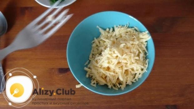 Натертый на терке с крупными ячейками сыр смешать с измельченным чесноком