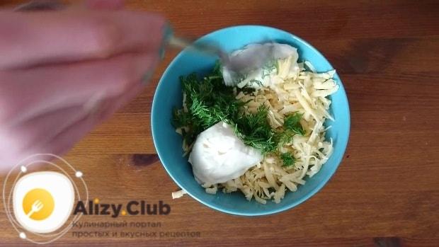 Добавить мелко нарезанную зелень и 2 столовые ложки майонеза