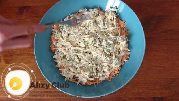 Выложить второй слой салата из сыра