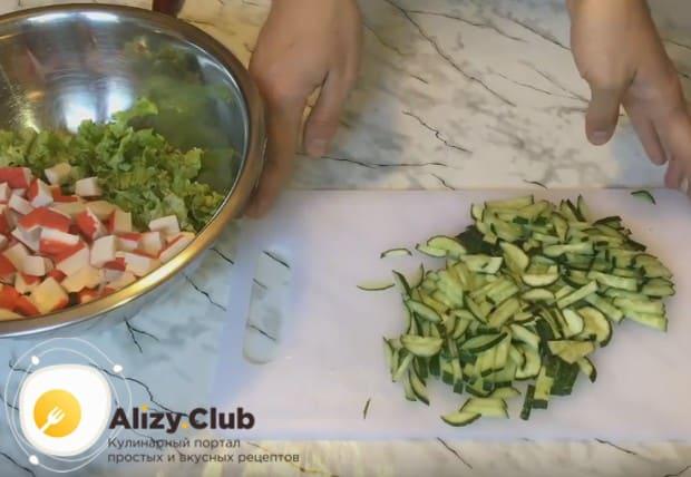 Режем огурцы соломкой и тоже отправляем к остальным компонентам блюда.