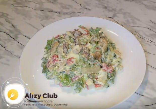 Попробуйте и вы приготовить такой вкусный салат из морепродуктов по рецепту с морским коктейлем.