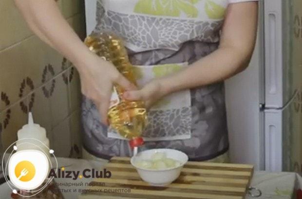 Сложив лук в мисочку, заливаем его водой и добавляем уксус.