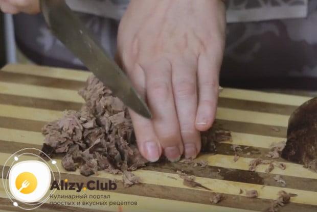 """Традиционно салат """"Мужские грезы"""" готовится по рецепту с говядиной."""