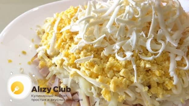 Для приготовления салата невеста, натрите сыр.