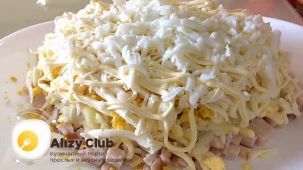 Для приготовления салата невеста, натрите белок.