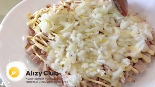 Для приготовления салата невеста, замаринуйте лук.