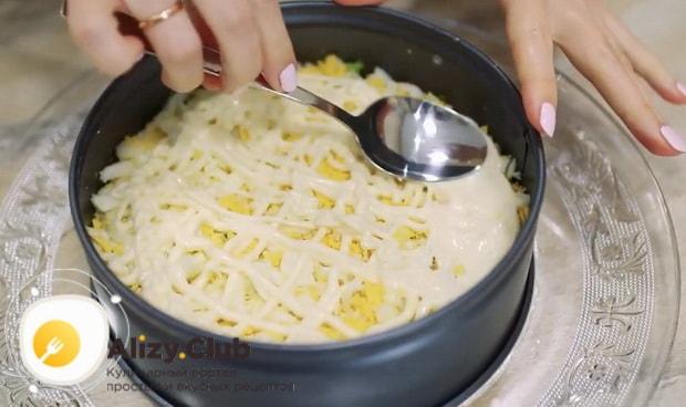 Выложите слой яиц для приготовления салата нежность