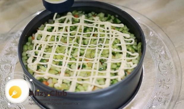 Выложите майонез для приготовления салата нежность