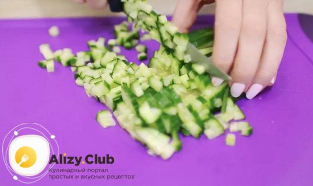 Нарежьте огурцы для приготовления салата нежность