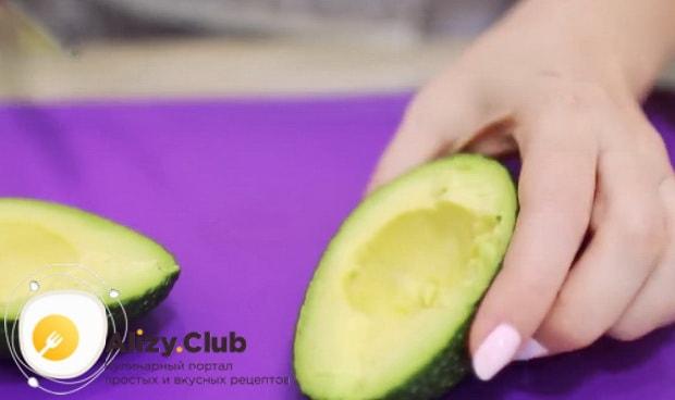 Подготовьте авокадо для приготовления салата нежность