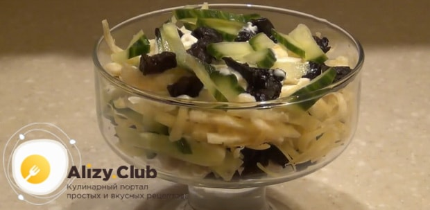 Выложите чернослив для приготовления салата нежность