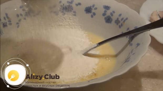 Добавьте муку в яичную смесь для приготовления салата нежность.