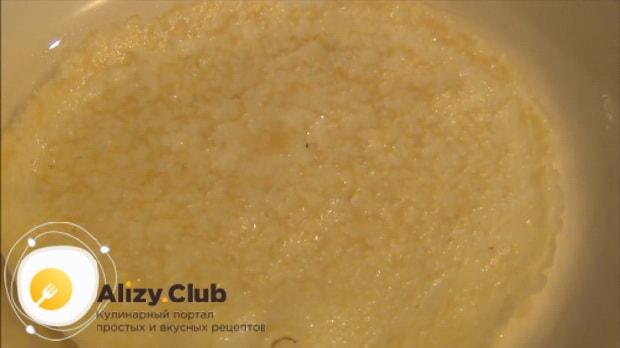 Обжарьте яичный блин для приготовления салата нежность