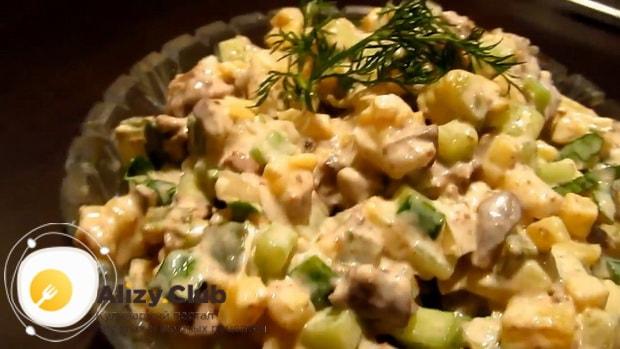 Приготовьте салат из куриной печени с грибами