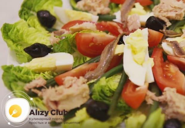 Последними выкладываем кусочки филе тунца и заправляем салат.