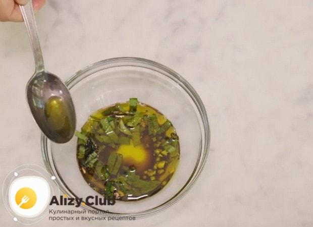 Заправляем все это оливковым маслом, перемешиваем и отставляем настаиваться.