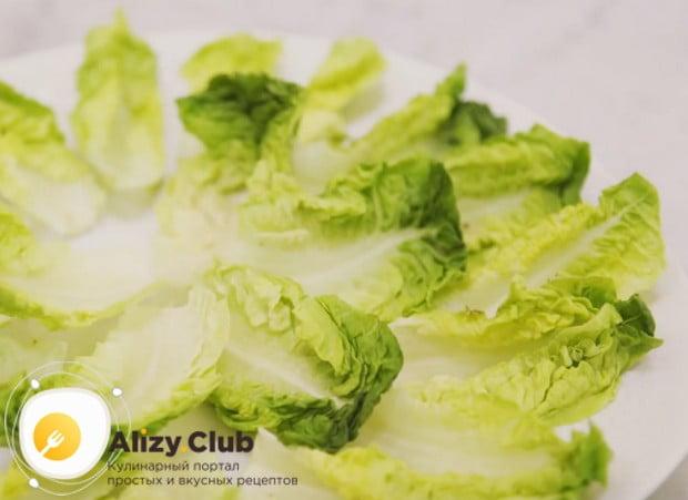 Большое блюдо застилаем листьями салата.