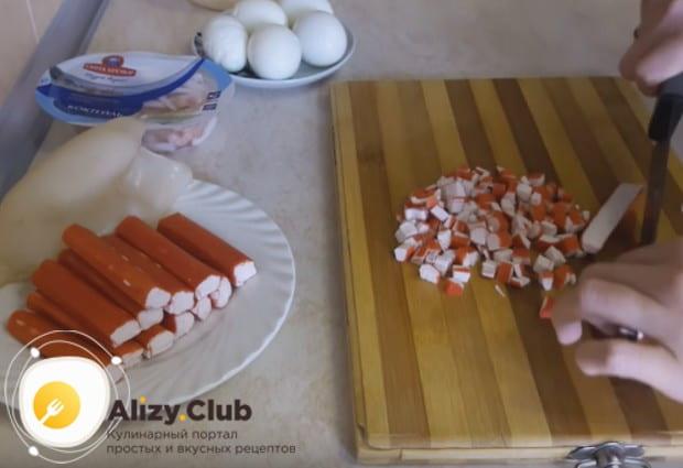 Мелким кубиком нарезаем креветки.