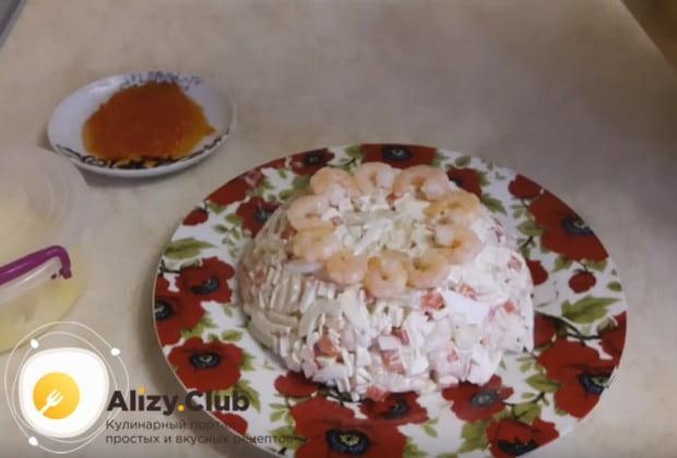 Переворачиваем миску с салатом и перекладываем его на красивое блюдо для подачи.
