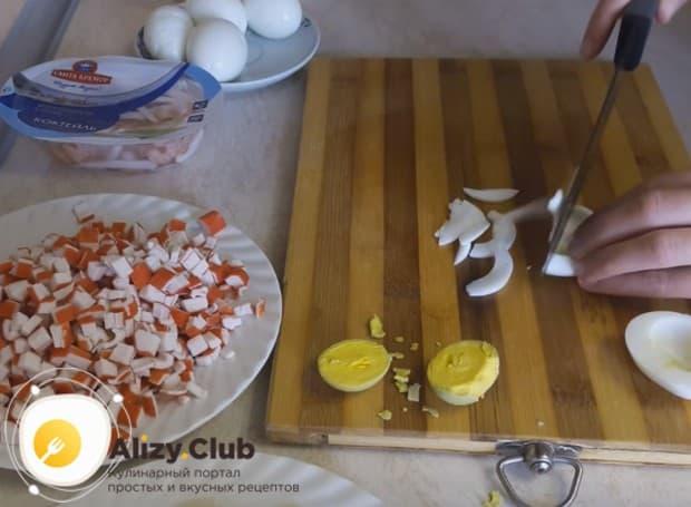 Яичные белки нарезаем соломкой.