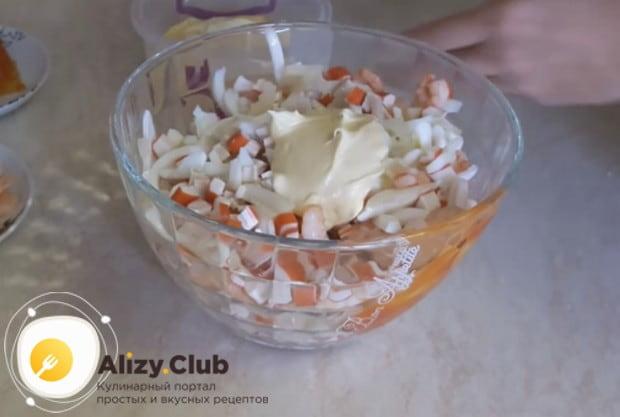 Заправляем блюдо майонезом, солим по вкусу.