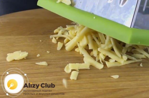 Пока филе жарится, на крупной терке трем твердый сыр.