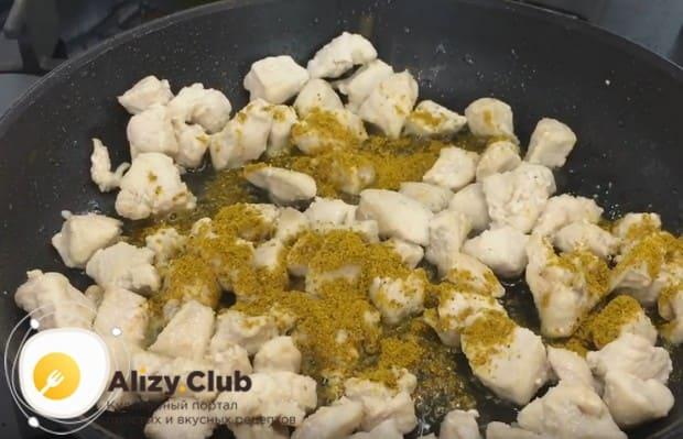 Филе на сковородке приправляем солью и карри.