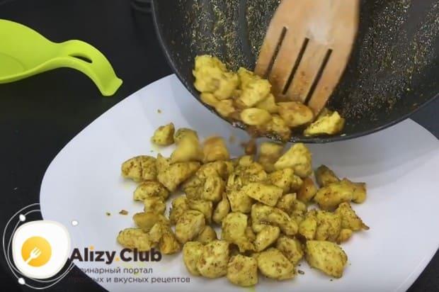 Готовое куриное филе перекладываем на тарелку для полного остывания.