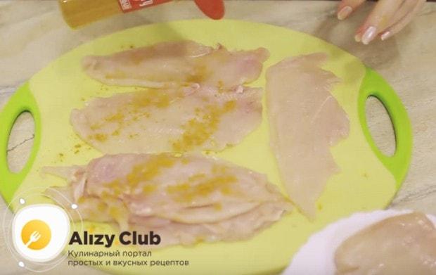 Солим и посыпаем каждый кусочек мяса карри.