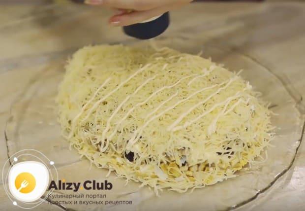 Сверху посыпаем салат натертым на мелкой терке сыром и поливаем майонезом.