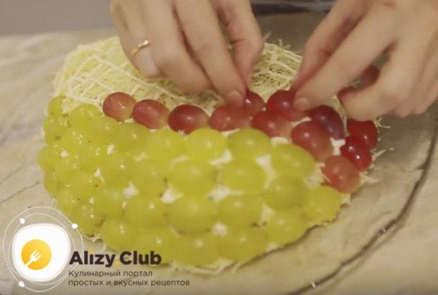очень красиво будет, если украсить блюдо ягодами винограда разного цвета.