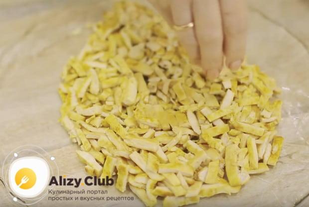 Выкладываем на красиво блюдо слой куриного филе.