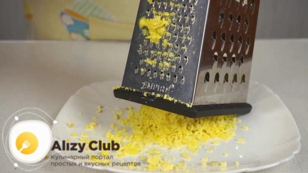 Вареные яйца делим на желтки и белки