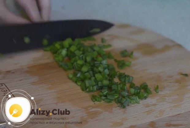 Мелко нарезаем черемшу и зеленый лук.