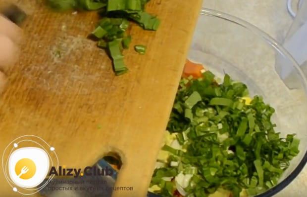 Мелко режем черемшу и соединяем с ранее измельченными ингредиентами.