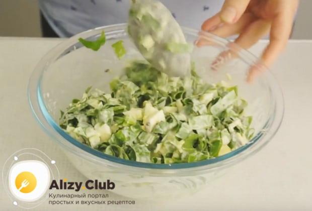 Простой, вкусный и быстрый салат из черемши с яйцом готов!