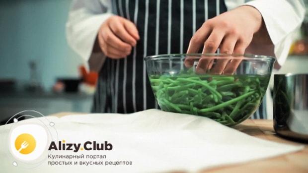 Подготовьте ингредиенты для приготовления салата с куриной печенью и фасолью