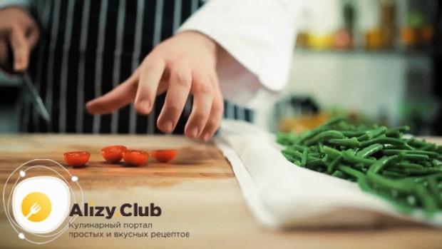 Нарежьте черри для приготовления салата с куриной печенью и фасолью