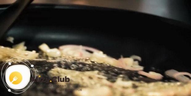Обжарьте лук для приготовления салата с куриной печенью и фасолью