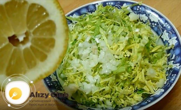 из лимона выдавливаем сок