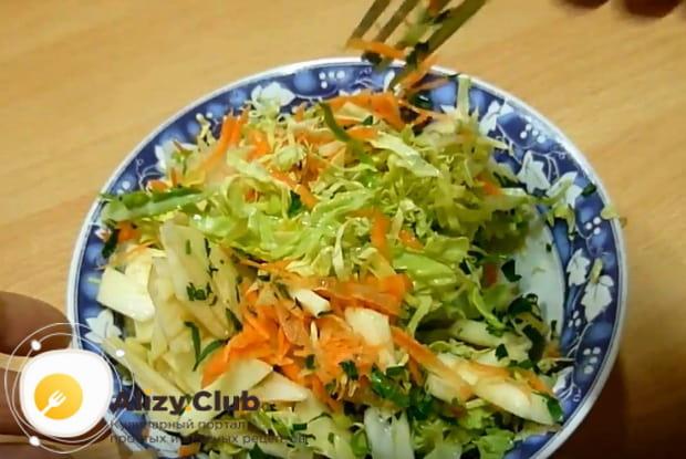 Как приготовить витаминный салат из капусты, моркови и яблок по подробному рецепту