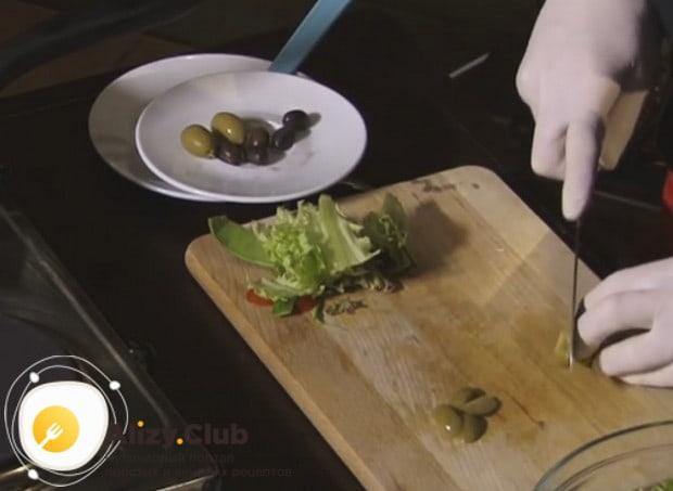 Оливки и маслины режем слайсами.