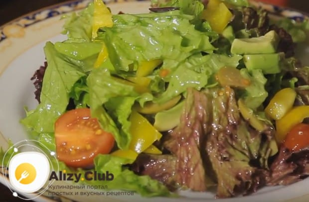 Подготовленную смесь овощей выкладываем на сервировочное блюдо.